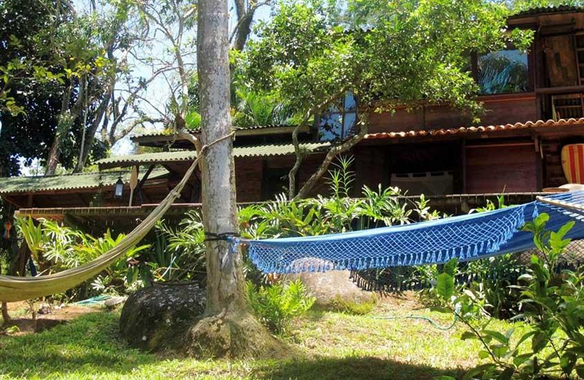 Redes de descanso amarradas em árvores em pousada em Ilha Grande