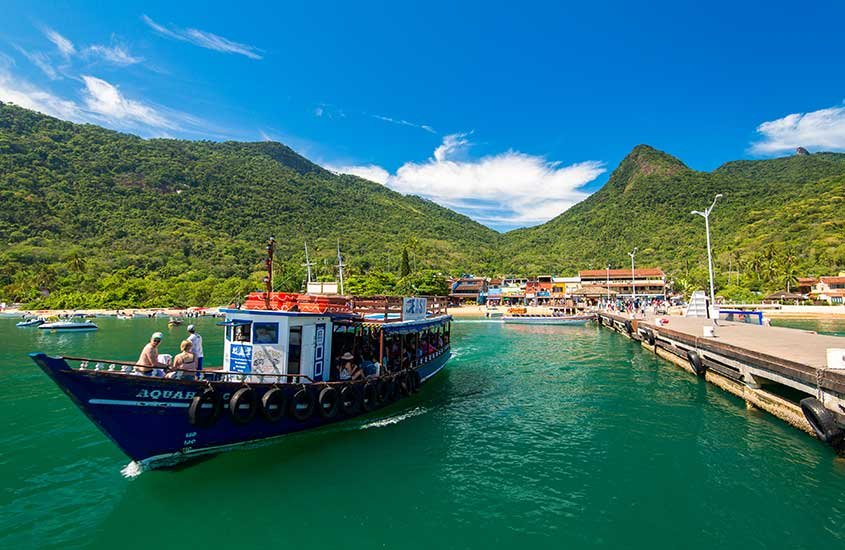 pessoas passeiam em barco em Ilha Grande, um ótimo destino para fazer uma viagem solo