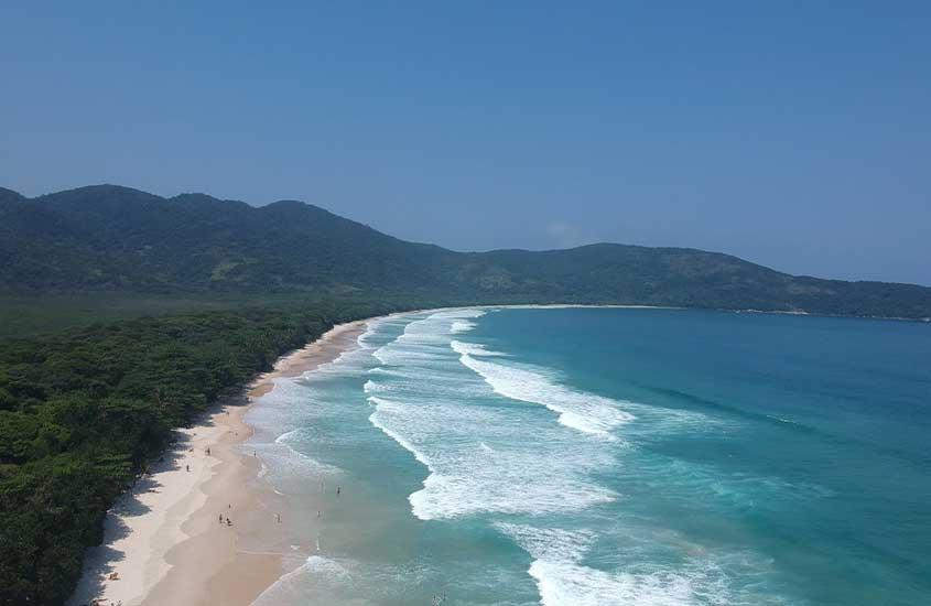 Vista aérea de Praia de Lopes Mendes uma das atrações entre muito o que fazer em Ilha Grande