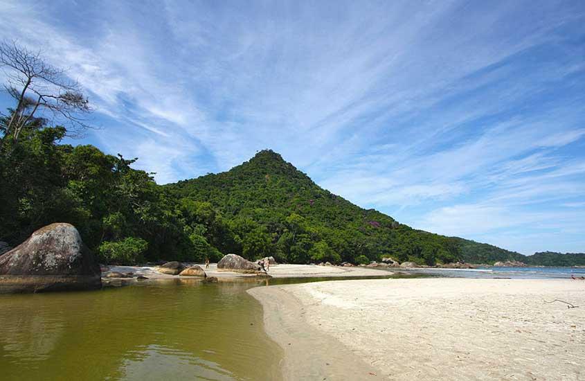 Vista panorâmica de Praia de Dois Rios sob céu azul, uma das atrações mais bonitas entre muito o que fazer em Ilha Grande