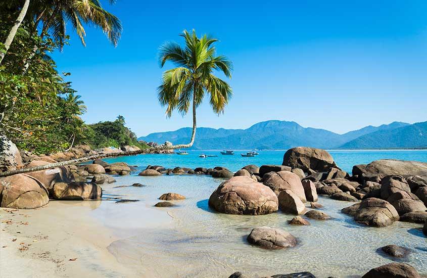Pedras sob águas azuis cristalinas de Praia do Aventureiro, uma das atrações mais bonitas entre muito o que fazer em Ilha Grande