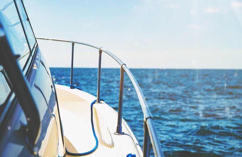 Barco em mar de Ilha Grande, durante o dia