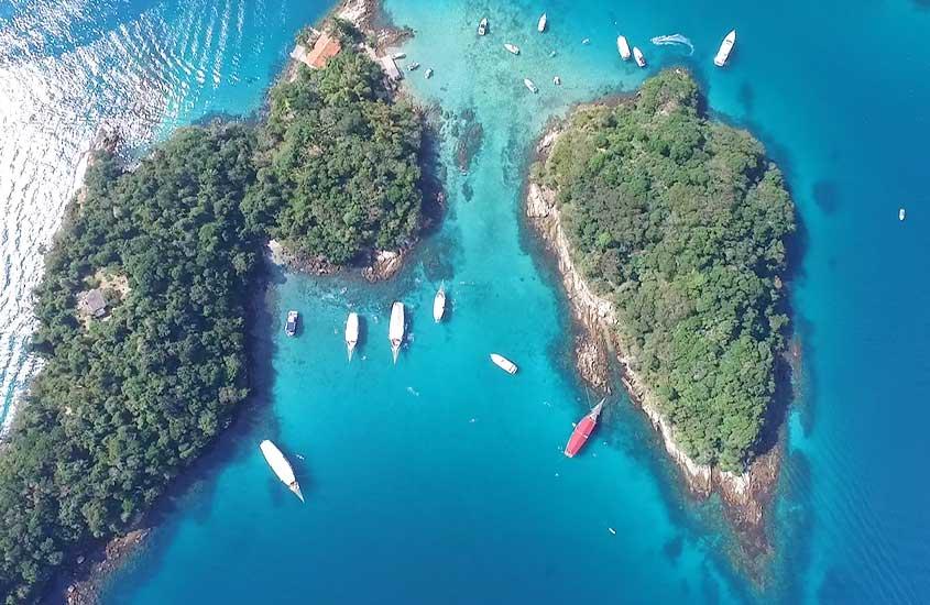 Vista aérea de barcos em mar azul de Ilha Grande, durante o dia