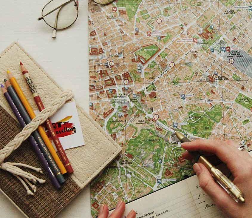 viajante escrevendo roteiro de viagem