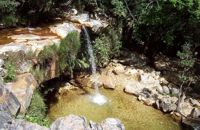 queda d'agua de cachoeira do Vale das Borboletas, durante o dia, um bom lugar para conhecer para quem busca o que fazer em São Thomé das Letras