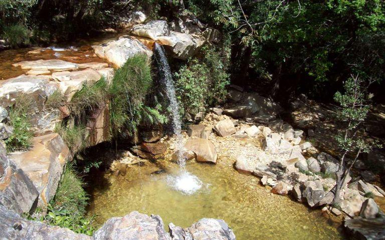 queda d'agua de cachoeira em São Thomé das Letras