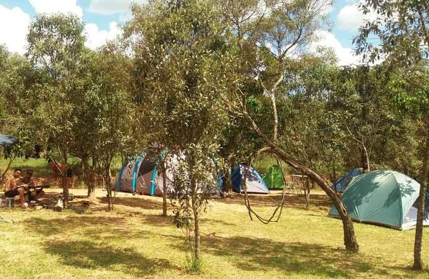 barracas espalhadas em camping, uma opção para quem busca Onde ficar em São Thomé das Letras