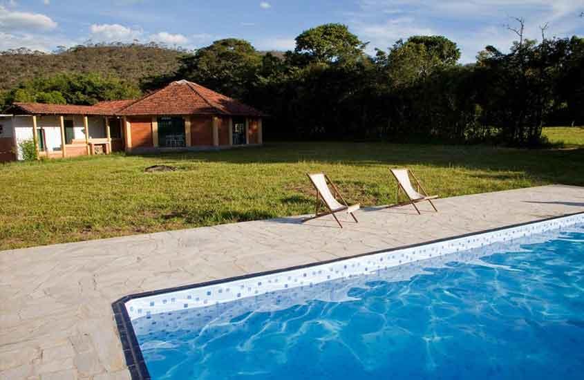 cadeiras em frente a piscina de Pousada Soyndara, uma opção para quem busca Onde ficar em São Thomé das Letras