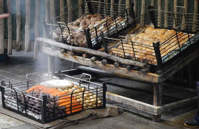 hangi, uma das comidas típicas da nova zelandia, exposto para venda em prateleira