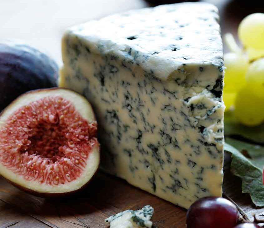 queijo azul em cima de mesa de madeira
