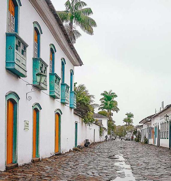 rua de pedras onde há casarões antigos, em Paraty, um dos lugares para viajar no estado do rio de janeiro