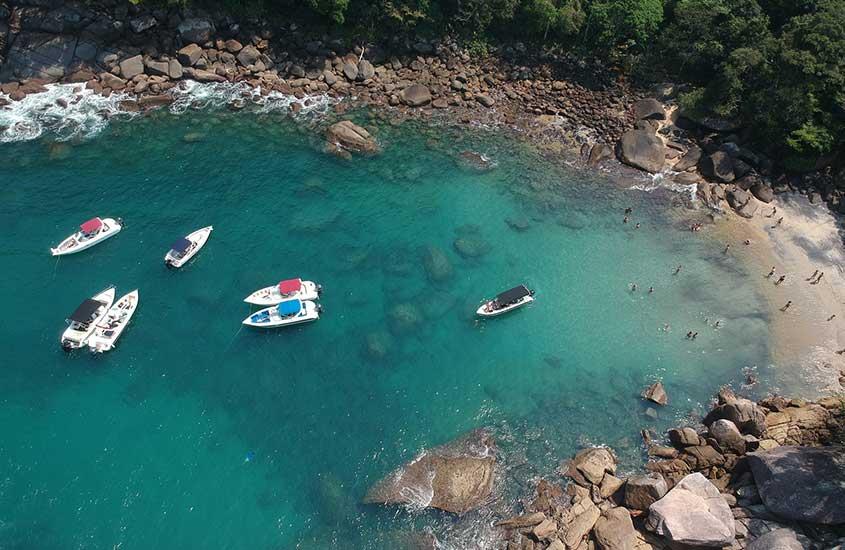 vista aérea de barcos em praia de Angra dos Reis, um dos lugares para viajar no estado do rio de janeiro
