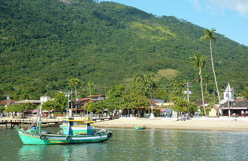 Barcos em praia perto de Vila do Abraão, uma boa opção para quem procura onde ficar em ilha grande