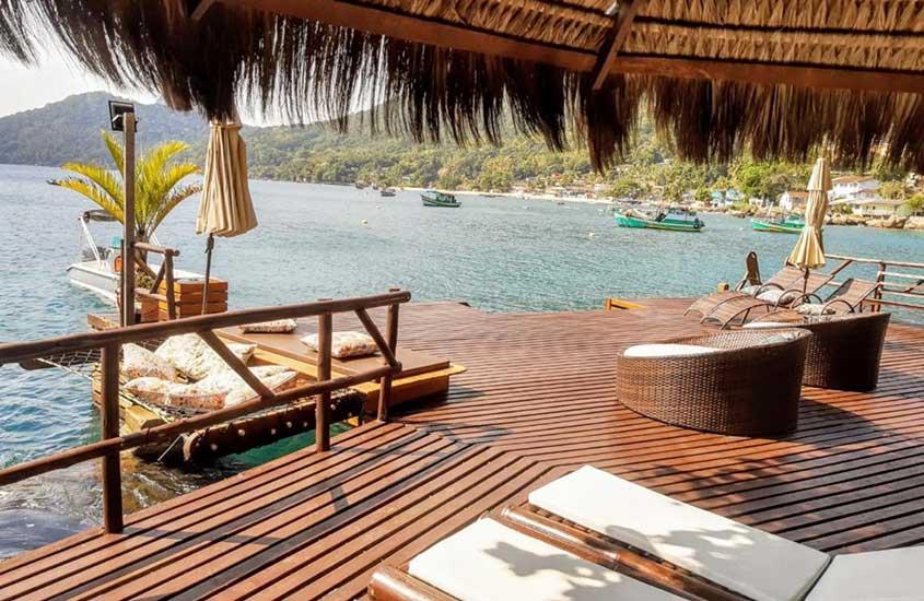 deck de Mar da Lua em frente ao mar, uma boa opção para quem busca onde ficar em ilha grande