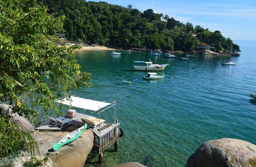 Barcos atracados em Praia Vermelha, um lugar encantador para quem busca onde ficar em ilha grande