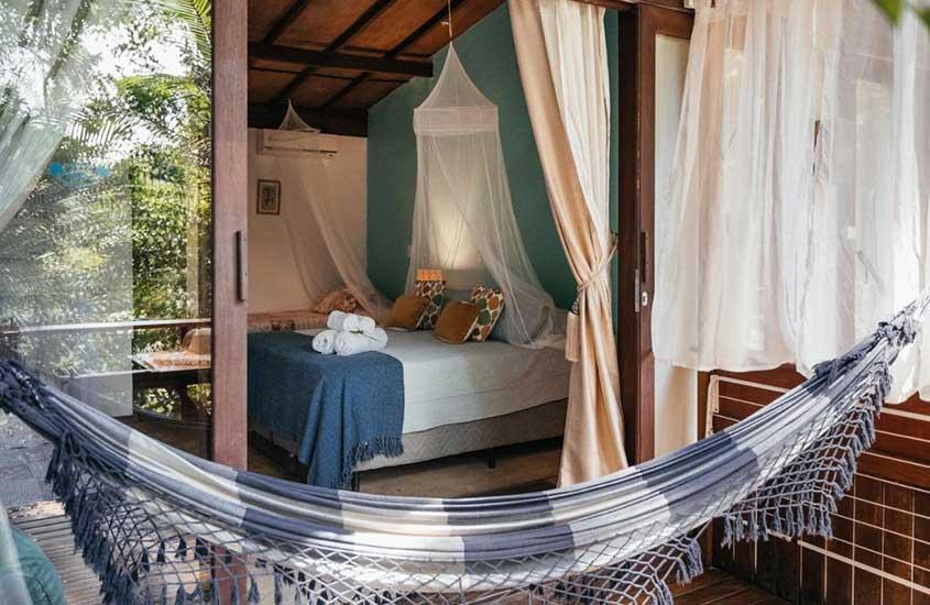 cama e rede de descanso em quarto de Bonito Paraiso Ilha Grande