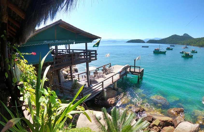 deck de Pousada e Restaurante Conves, em frente ao mar, durante o dia