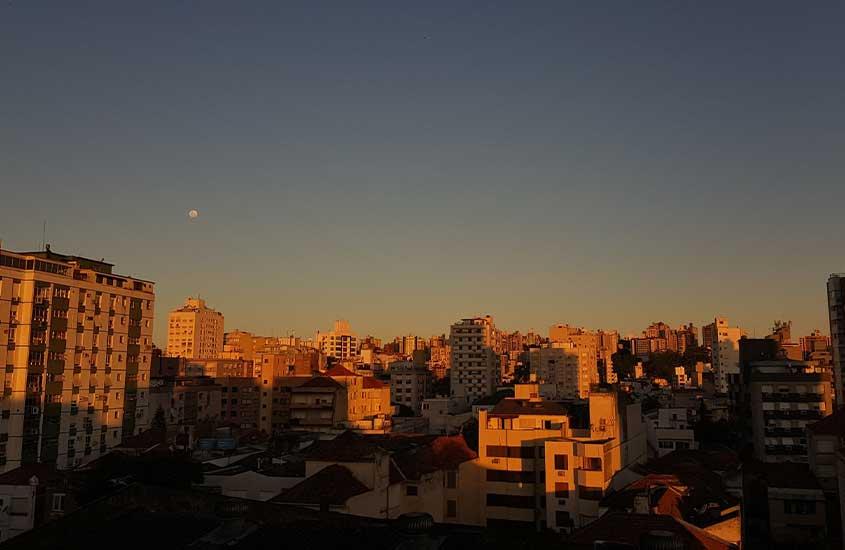 Prédios de Porto Alegre durante o pôr do sol