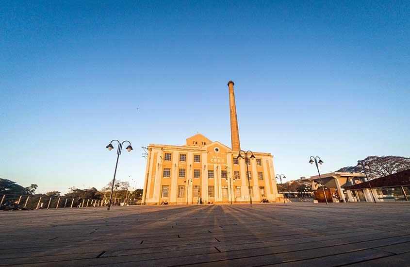 Construção amarela sob céu azul, onde funciona a Usina do Gasômetro em Porto Alegre, um dos lugares para viajar no Rio Grande do Sul