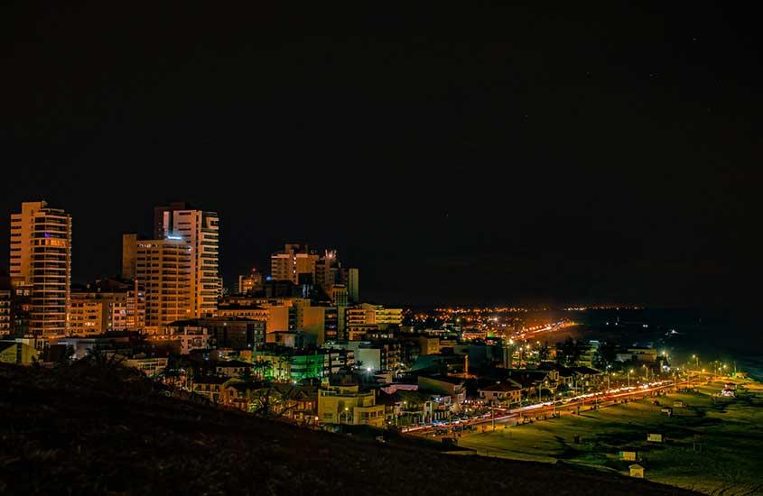 Vista aérea de prédios, durante a noite, em Caxias do Sul, opção para quem busca onde ir no Rio Grande do Sul