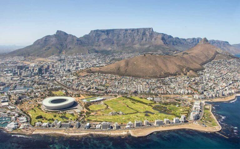 vista aérea de prédios e morros em África do Sul