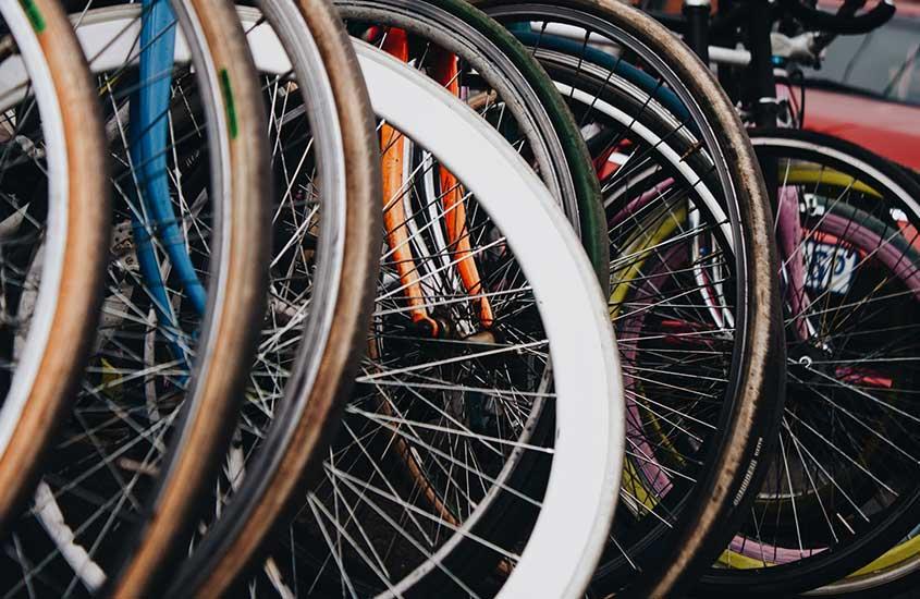 bicicletas estacionadas em rua, uma das curiosidades sobre a África do Sul é que ela sedia a maior corrida de bicicleta do mundo