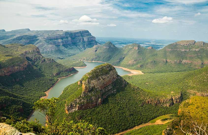 vista aérea de montanhas em mar em África do Sul