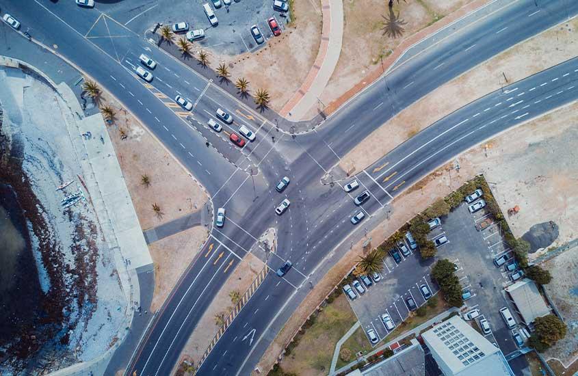 vista aérea de carros em estrada. Uma das curiosidades da África do Sul é que as regras de trânsito se parecem com as do Brasil