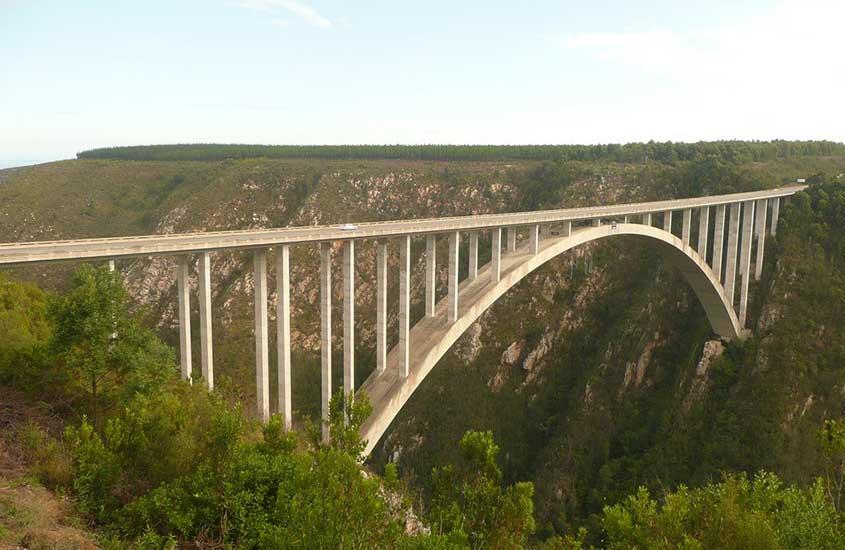 ponte Bloukrans em Cabo Ocidental. Uma das curiosidades sobre a África do Sul é que ela abriga o bungee jump mais alto do mundo