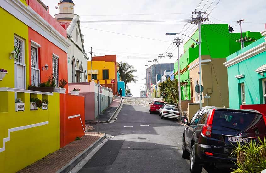 casas coloridas e carros em rua de África do Sul
