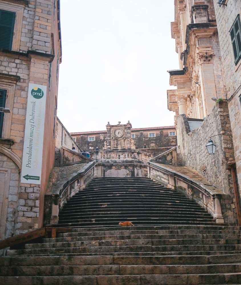 escadaria em Dubrovnik, uma das curiosidades sobre a Croácia é que uma cena da série game of thrones foi gravada aqui