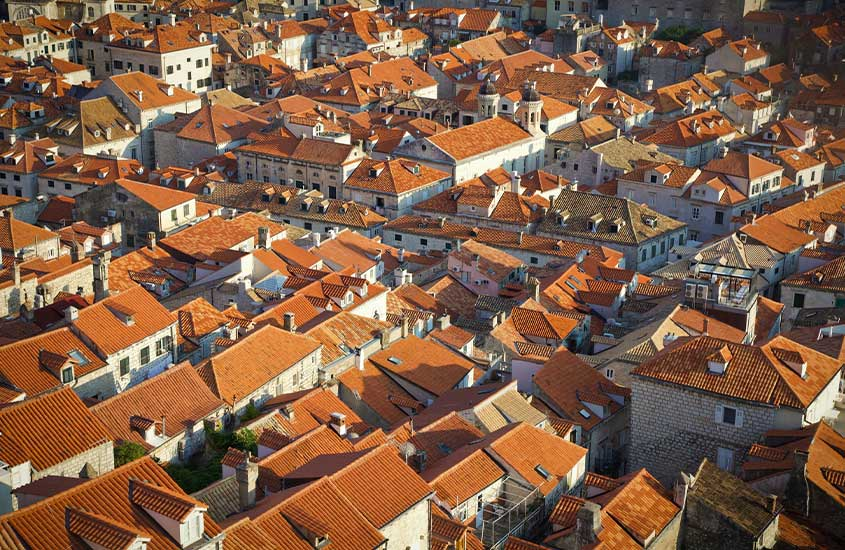 vista aérea de Dubrovnik. Uma das curiosidades da Croácia é que esse lugar ainda usa seus esgotos medievais de 1296