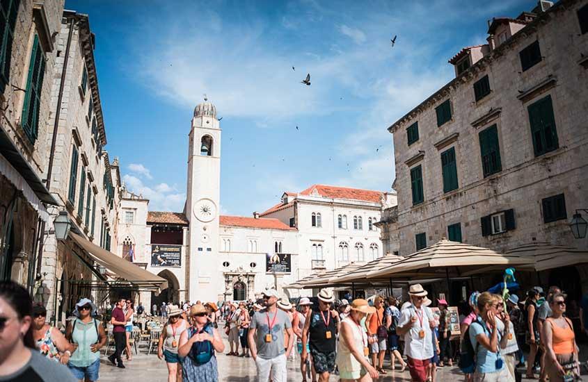 turistas caminham em ruas da Croácia
