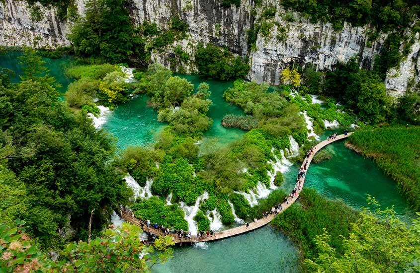 vista aérea de turistas em ponte de Lagos Plitvice, uma das curiosidades sobre a Croácia é que pelo menos 10% do país é de parques nacionais