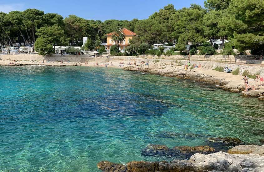 águas cristalinas em praia. uma das curiosidades da Croácia é que as praias do país estão entre as mais limpas do mundo