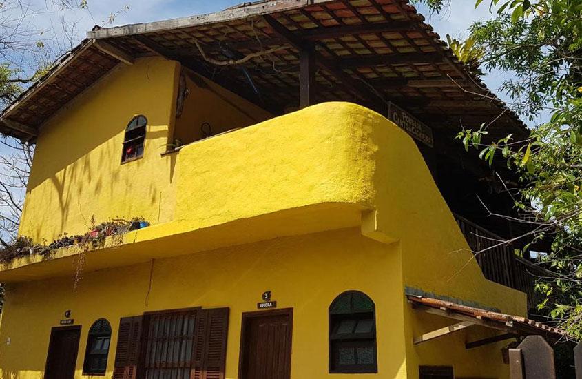 casa amarela de dois andares onde funciona a Pousada Canto da Cachoeira em Trindade