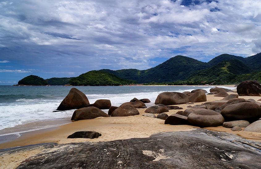 pedras em areia de praia em trindade