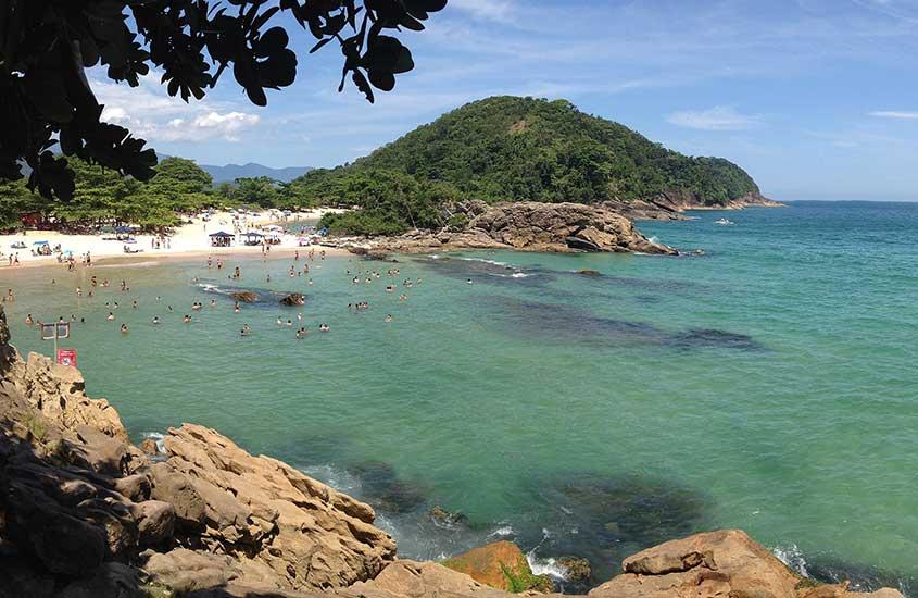 pessoas tomam banho de mar, durante o dia, em Praia do Meio, um bom atrativo para quem busca o que fazer em trindade