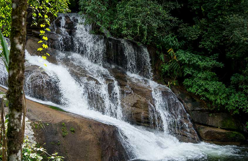 queda d'agua de cachoeira em trindade
