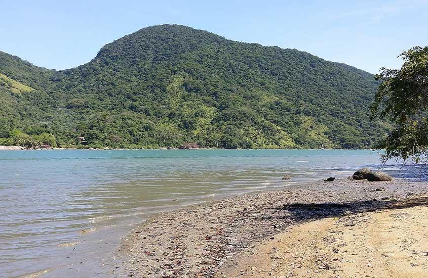 Mar e montanhas em praia de Trindade