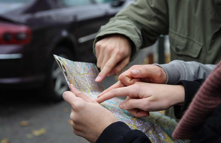 viajantes seguram mapa de papel
