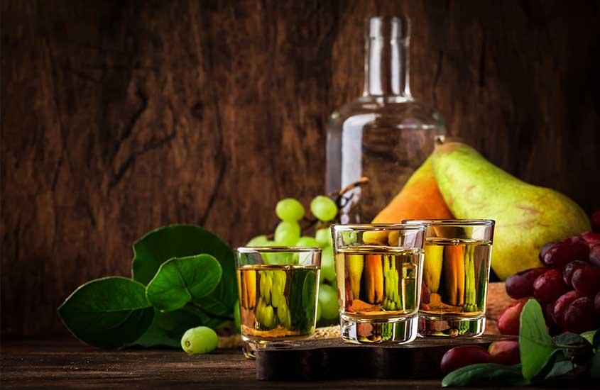 copos de vidro com rakija, um destilado de frutas fermentadas
