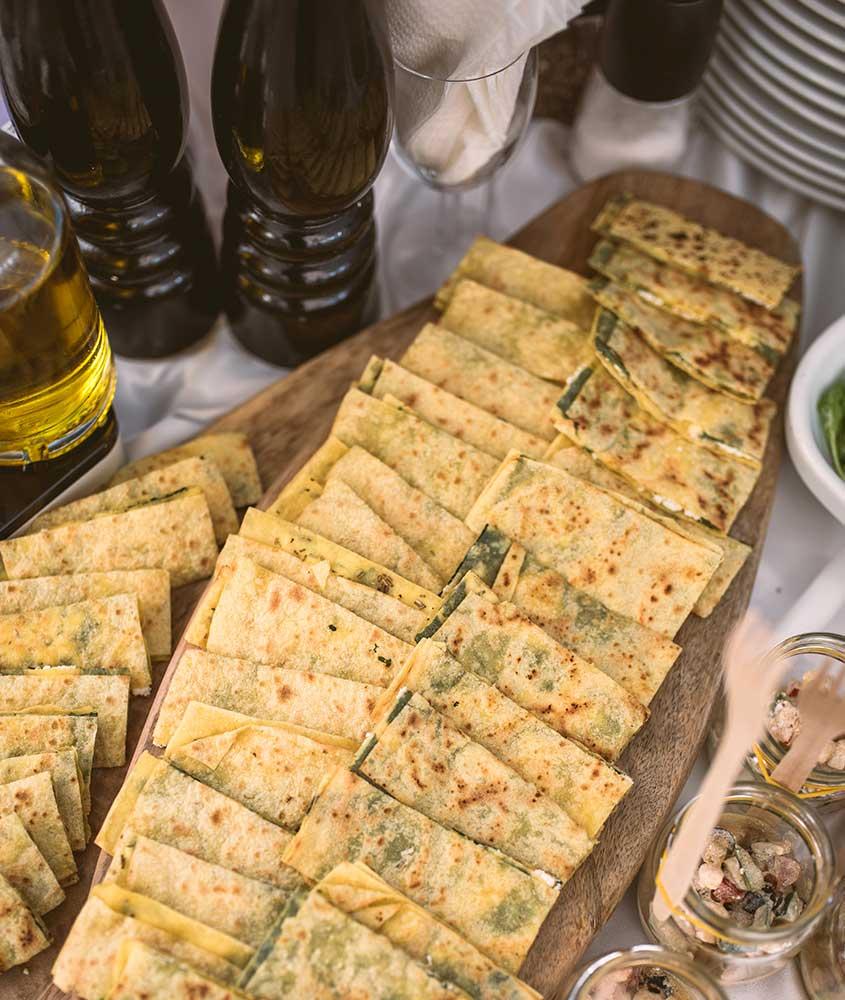 vasilha cheia de pedaços de soparnik, uma torta que é uma das comidas típicas da Croácia