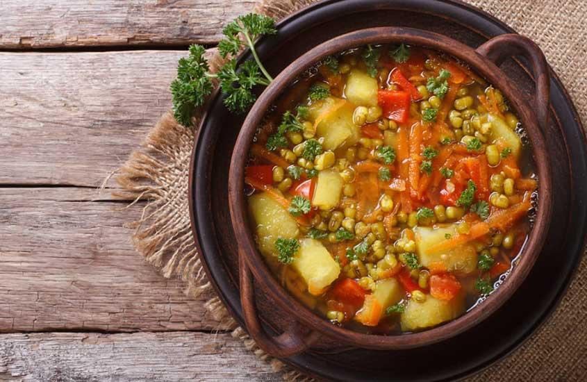 vasilha marrom com manestra, um ensopado de legumes que é uma das comidas típicas da Croácia