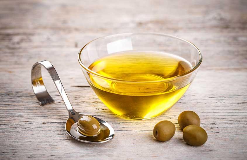 pequena vasilha de vidro redonda onde há azeite de oliva croata