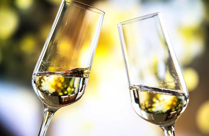 taças de vidro com Malvazija, um dos vinhos da Croácia