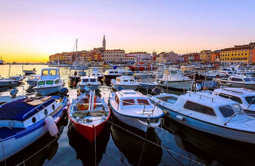 barcos atracados em porto na Croácia