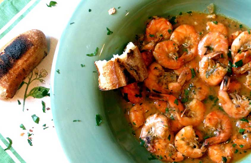 prato verde com buzara, uma das comidas típicas da Croácia