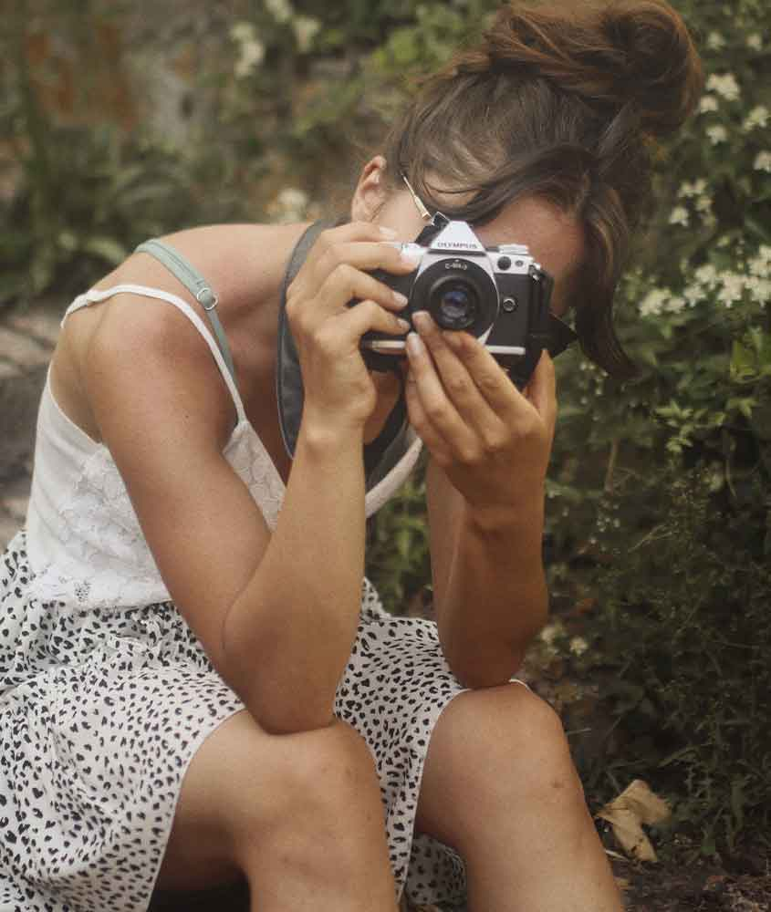 mulher fotografa paisagem, o que mostra, como viajar sozinha é bom