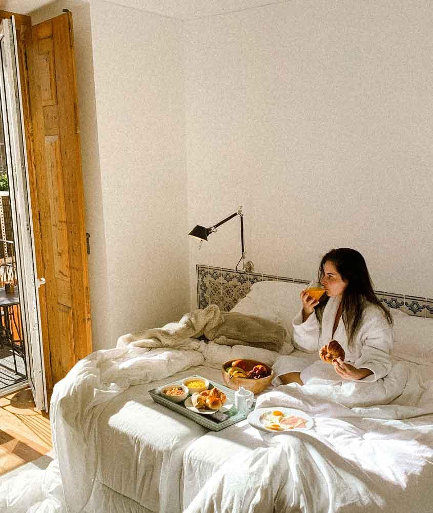 Bárbara Rocha, toma café da manhã sozinha em cama de hotel